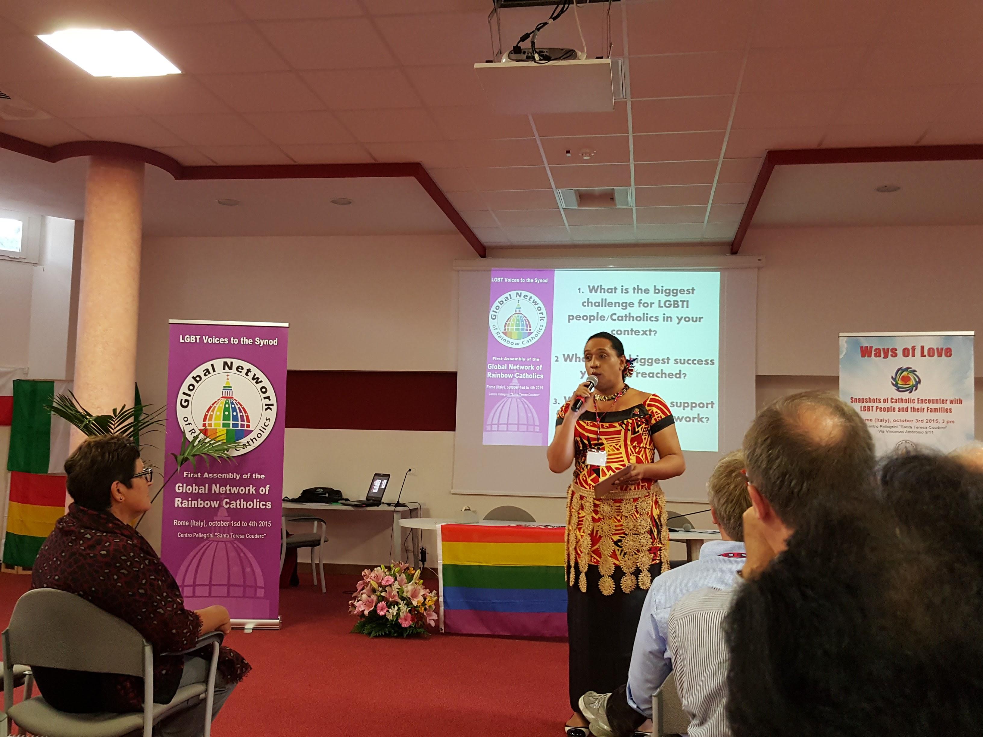Joleen J. Mataele, dirigiendo la oración matutina, durante el encuentro Los Caminos del Amor en Roma, Octubre 2015.